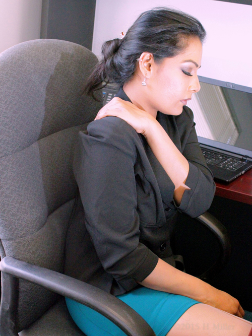 Office Chair Massage Relieves Sore Shoulders.